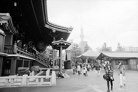 La Sky Tree dans les nuages depuis le temple d'Asakusa