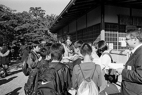 Aurélie répondant à une classe d'élèves japonais pendant une sortie scolaire