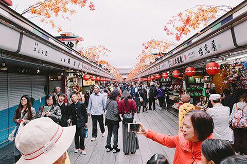 L'allée commerçante Nakamise-dōri à Asakusa