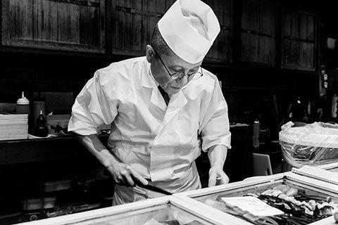 Photo d'un maître sushis en action