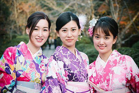 3 jeunes japonaises en tenues traditionnelles