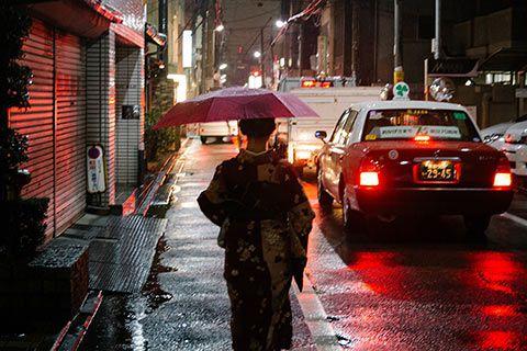 Ambiance nocturne de Kyoto avec une jeune japonaise en tenue traditionnelle