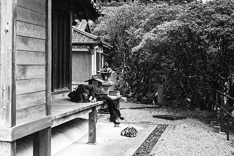 Le temps d'une sieste sur le parvis d'un temple