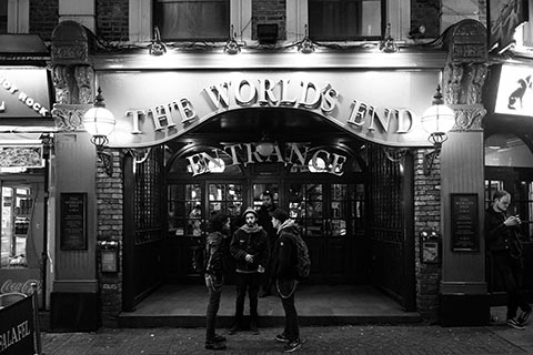 A la sortie d'un pub Londonien