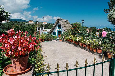 Santana et une maison traditionnelle