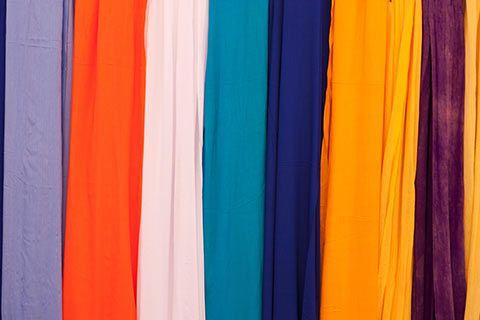 Un étale de tissus au marché
