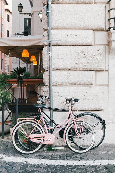 Vélos dans une rue Romaine