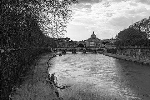 Le tibre avec le Vatican en arrière-plan