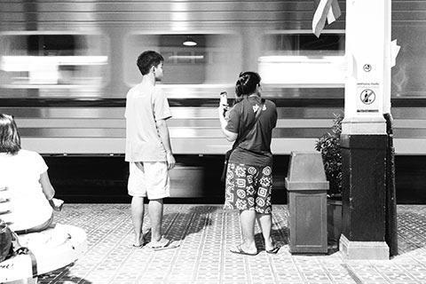 2 personnes sur le quai de la gare d'Ayutthaya