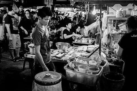 Photo de rue de Chiang Mai montrant un stand de nourriture