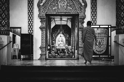 Un moine bouddhiste entrant dans un temple