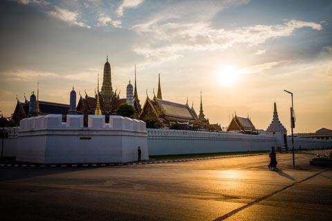 Le Wat Phra Kaeo derrière l'enceinte du Palais Royal