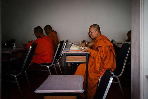 Un moine en pleine étude