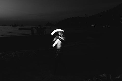 Un jongleur de feu sur la plage