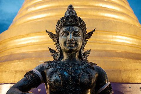 Bouddha devant le chedi doré du Wat Saket