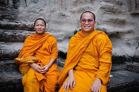 Rencontre de deux moines bouddhistes dans le temple Angkor Wat