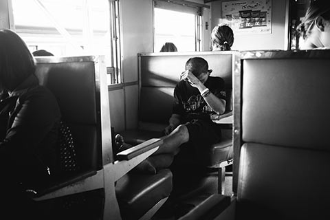 Un voyageur dans le train entre Bangkok et Ayutthaya